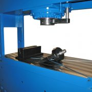 Detail Werkstattpresse BEN T 200 S – Abkantwerkzeug demontiert und Tischplatte mit Nuten