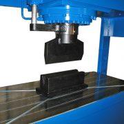 Detail Werkstattpresse BEN T 200 S – Abkantwerkzeug montiert und Tischplatte mit Nuten